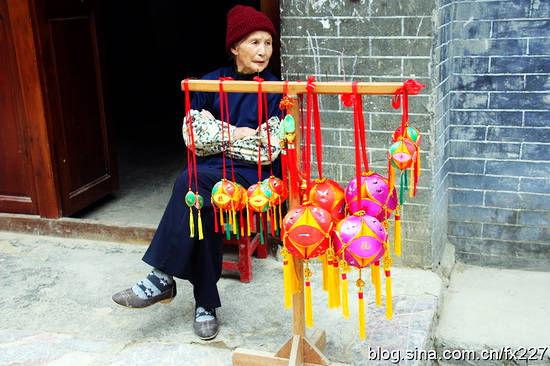 绣球如今也被人们当作馈赠亲友之礼品,企事业单位则将其作为对外宣传,开展公关之赠品。大大小小色彩鲜艳的绣球,最小的约二三厘米,价格5元能成交,大的数十元至数百元不等。据介绍,旧州绣球年产量已超过20万个,年产值200多万元,远销美国、日本、加拿大、新加坡、澳大利亚、南非、香港、台湾等国家和地区。除了绣球,其他的绣品也精巧可爱,深受旅游者青睐。   旧州村里,每天都有妇女就坐在自家的门前,前面摆着一张小桌,桌上放着一两个簸箕,里面装着剪刀、丝线、彩绸等制作绣球的工具和材料,手里飞针走线绣起了绣球。据记载: