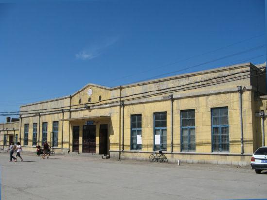 仍保留上世纪风格的农安火车站