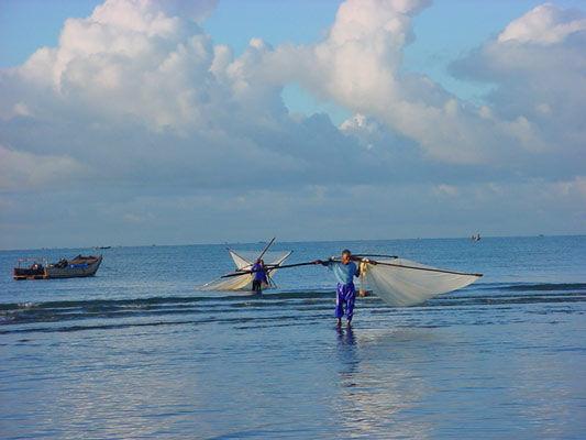 海滩与渔夫(图/浅蓝铯de爱 新浪博客)