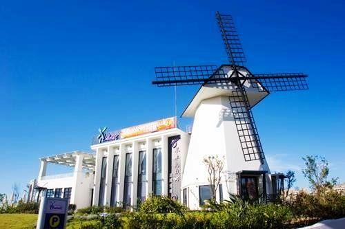 超大型的白色风车造景是餐厅最吸睛的景观
