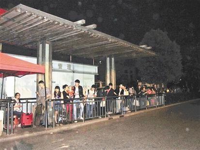 昨晚乘客在武昌火车站东广场出租车停靠点排长队等的士