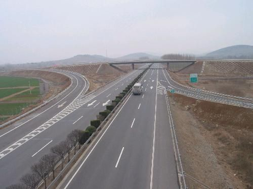 11日,记者从省高速公路管理局了解到,由于集双高速(G1112)与沈吉高速(G1212)交会处的湾龙互通部分匝道进行施工,从本月14日至31日,东丰去往吉林方向匝道将被封闭,东丰去往沈阳方向匝道限宽4.6米,沈吉高速(G1212)一座营至东梅段双向限宽4.6米。 受到东丰去往吉林方向匝道施工的影响,经营东高速(S2611)从东丰去往沈吉高速(G1212)吉林方向的车辆请提前在东丰收费站下高速,绕行303国道后可从东梅收费站重新返回高速公路继续前往吉林方向省高速公路管理局工作人员说,计划从东丰收费站驶入高
