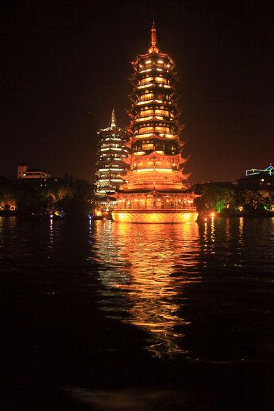 夜景辉煌的日月双塔。(图/油海慕冰 新浪博客)