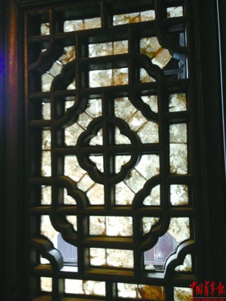 """师俭堂的旧窗上,磨薄的蚌壳""""扮演""""玻璃"""