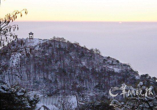 泰山雪后,观府峰沐浴在落日的余晖之中 徐速绘 摄