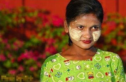 缅甸女人脸颊涂黄粉 美容又防蚊虫叮咬图