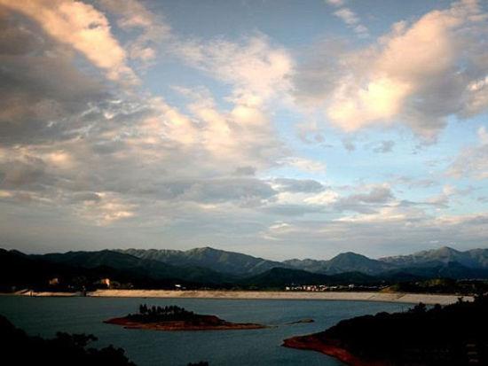 灵东水库的东岸是罗阳山脉,常年绿意盎然 图/最后残存的美好 新浪博客