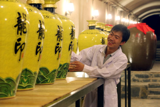 工作人员细心照顾特酿博物馆典藏级59°封坛原浆酒