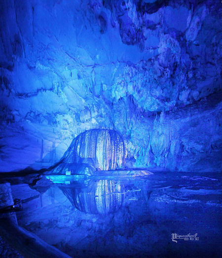 蓝幽幽的海洋世界,如同来到北极的冰窟,美丽而神秘。(图/一曲彩虹的摄影博客 新浪博客)