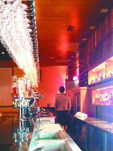 档次高一些的宾馆、饭店都会自带小酒吧,供应包括黑方、喜力等知名酒品在内的各种洋酒、啤酒、烧酒和各色饮料、鸡尾酒等