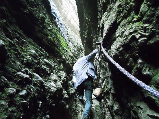 游客攀爬大裂谷