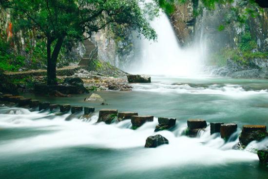 五泄是省级重点风景区和国家森林公园,区内有七十二峰,三十六坪,二十