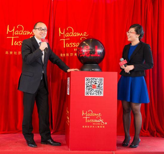 潘石屹蜡像揭幕现场与总经理王锐共同开启全新在线订票系统