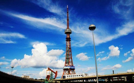 哈尔滨龙塔 哈尔滨龙塔,即黑龙江省广播电视塔,亚洲第一钢塔,坐落于黑龙江省哈尔滨市经济技术开发区,高336米,在1998年动工兴建,于2000年对外开放,是集广播电视发射、旅游观光、餐饮娱乐、广告传播、无线通讯、环境气象监测等多功能于一体的综合性多功能塔,成为素有东方莫斯科美誉的北国名城哈尔滨市,乃至黑龙江省的标志性景观。