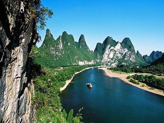 九马画山是桂林漓江著名的景观之一,是大自然的笔墨奇观 图:新浪图库