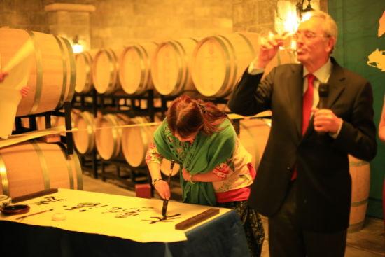 首席酿酒师让・克劳德・柏图先生与中国书法大师现场诗文品美酒