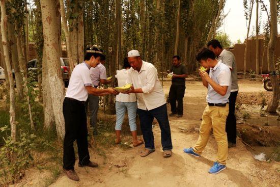 杏仁果园园主请到访的客人吃哈密瓜,清甜润心。