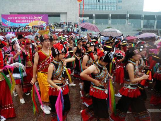 柳州水上狂欢节少数民族方阵 图:独行伊夫 新浪博客