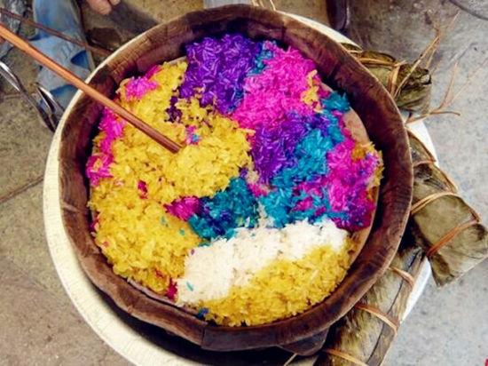 中国 贵州 正文    花米饭的制作过程非常复杂,首先必须是黑色糯米饭