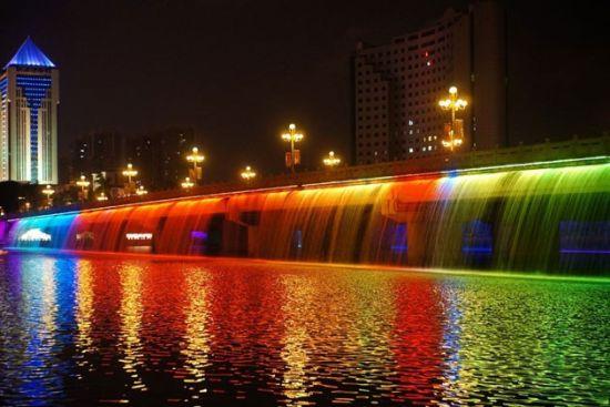 夜色下流光溢彩的南湖桥 图片来源:南D影像 新浪微博