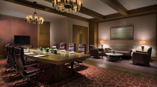 会议及宴会设施   长白山凯悦酒店拥有超过两千平方米的大型会议场地,包括大宴会厅以及六间沙龙会议厅、一间董事会议厅以及一间贵宾厅。其中近1200平方米的无柱式凯悦宴会厅,空间豁达,能同时容纳1000人。对于期望别出心裁的会议组织者,可以选择居于其中的开放式厨房,作为极具互动性的茶歇场所,选择宽敞明亮的前厅来进行个性随意的小型会议。所有的会议场所均配备先进的科技产品,并有资深的宴会策划团队及专业的厨师、服务团队致力于满足会议组织者的各种需求。   关于凯悦品牌   凯悦品牌是凯悦酒店集团旗下家喻户晓的酒