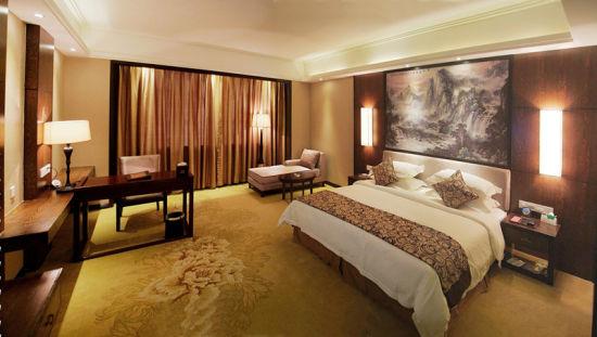 宽大温馨的房间