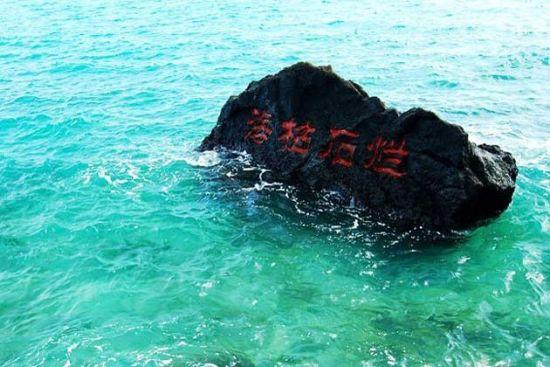 远远地看见月亮湾,就深深地被她的美所折服。那是怎样一幅的画面啊,恐怕世界上所有美丽的语言都无法描述她。蓝天下,一弯碧绿清澄的海水镶嵌进岛屿内部,清凉的海水温柔地轻拍红色的火山石,而岛上树木葱郁,青翠欲滴的颜色布满海岛,一座红顶白墙的灯塔恰到好处地成为这蓝色和绿色的调配色。这样的景色叫人怎能不沉醉?   Tips:   1.