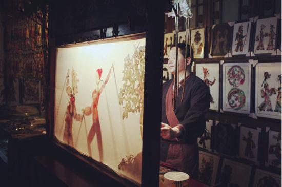 民间艺人在表演皮影戏 图源于网络
