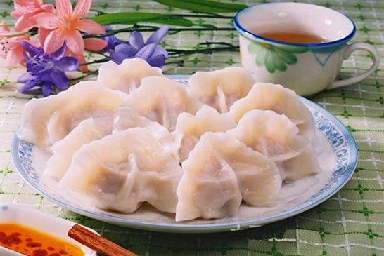 一年一度的团圆饭表现出中华民族家庭成员的互敬互爱,这种互敬互爱使