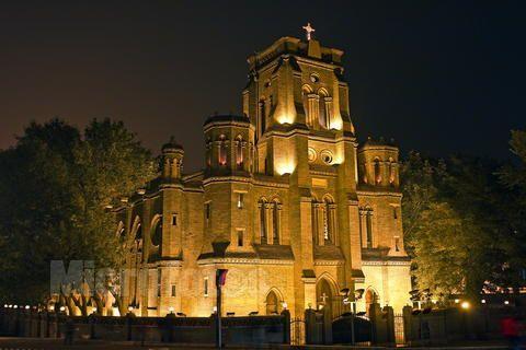 夜幕中的望海楼教堂(来源:网络)