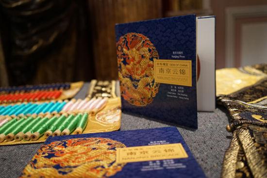劳伦斯许以30套融合敦煌艺术元素的高级定制礼服,向世界展开了中国千年敦煌壮美、悠长、深邃、华丽的历史画卷。不同肤色的人们,此刻为同一个画面屏息,中国古代丝绸之路重要地标敦煌的盛景,重新焕发芳华于万里之外的时尚之都巴黎。   发布会上,多件由国宝级云锦面料制成的礼服华美亮相,打破了过去人们对于云锦局限于传统服饰的观念,彻底颠覆了固有表现形式。吉祥云锦作为高定舞台的顶级面料供应,将中国,丝绸,时尚完美融合,致力于用手工传递皇室密码,将蚕丝、金银、孔雀羽等珍贵材料与锦缎、丝绸、纱罗等工艺结合,打造定制化技术