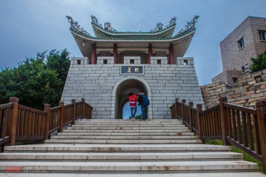 这里是进入古城的入口,这个城门应该是新建的。也是景区的收费口。