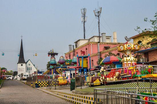 作为一个游乐园,洋人街丰富的游乐设施是必不可少的。喜欢刺激的朋友,强烈推荐这儿的大摆锤,摆的幅度极高,非常的惊险刺激。还有其他的新兴项目:云霄飞车,激流勇进;鬼屋也是这里极富盛名的游乐项目。这里也专门为儿童开辟了一个大型的游乐场,非常适合与家人一起前来游玩。