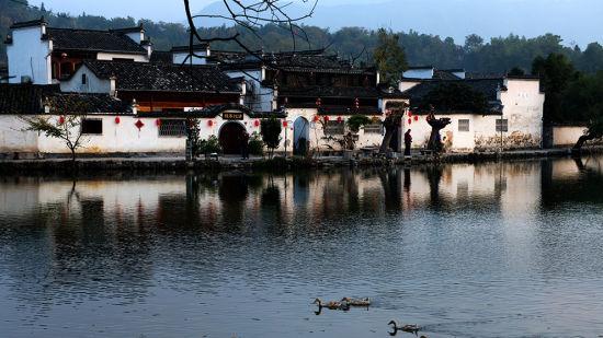 徽州古村   皖南的徽州古村落众多,其中以宏村,西递为代表.