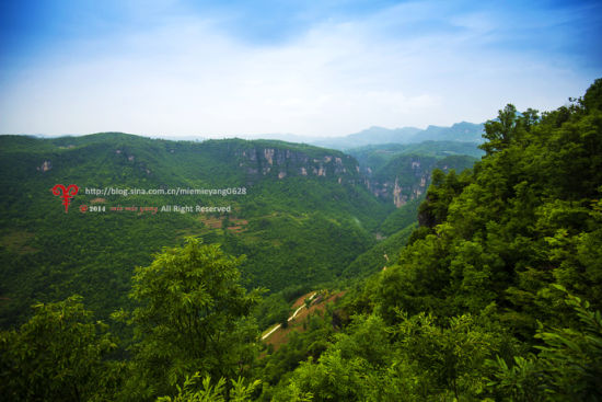 九路寨地处荆山腹地,位于湖北省保康县西南边陲,三面悬崖,一面与外相连,古时只有九条小路靠青藤、绳索攀岩上下,因此而得名。与神农架、远安、兴山毗邻,最高海拔1426米。九路寨景区集峰、林、洞、瀑、河于一体,山水秀美、风景如画,堪称现代世外桃源。其间山脉纵横、沟谷相连,山峰耸峙,溪涧回环,奇峰与幽谷互为映衬,飞瀑与林海相伴生辉,被喻为一沟两扁五条冲,巍巍山寨九路通,七河三瀑一线天,托起青狮白象峰。 新浪旅游配图:襄阳九路寨 图片来源:@襄樊咩咩羊