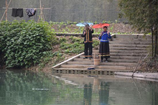 正在河边唱歌的夫妻 图:卢晓燕
