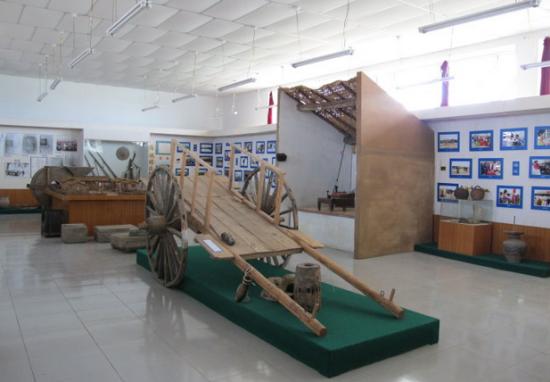 新浪旅游配图:博物馆内展出的达族传统交通工具勒勒车 图片来源:重阳