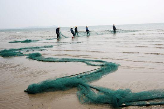 金滩上劳作的渔民 图:新浪博主/冰城馨子