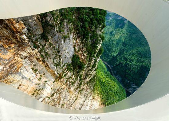 廊桥底下是深不可测的峭壁峡谷