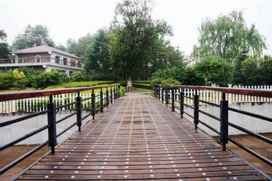 凌波桥,一条条木板组合而成