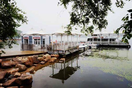在码头可乘坐观光游览船