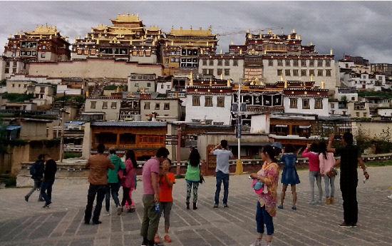 松赞林寺成为旅游热点