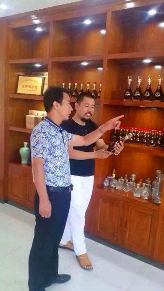 豪龙酒业董事长韩学斌给媒体介绍公司产品