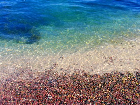 抚仙湖清澈见底的水(来 源:阿溢灿中国自助游)
