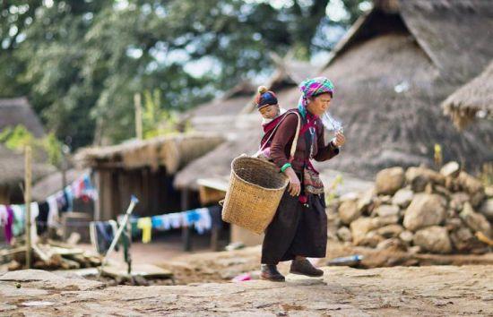阿佤的妇女有抽烟斗的习俗,不管是在劳动中或在空余休闲时都会拿出烟斗抽上几口烟。