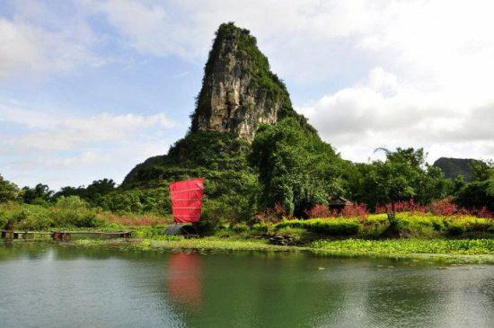 红色的船帆映衬着岛上桃林 图:新浪博主/简单浪漫