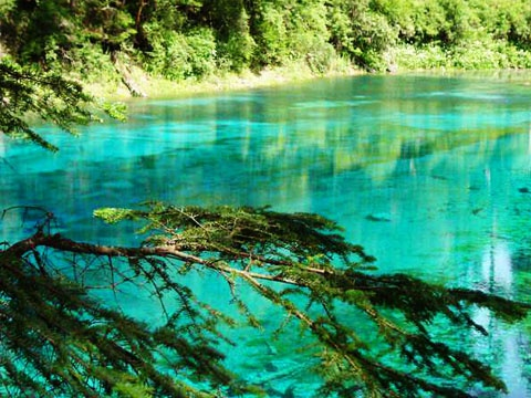 秀美多姿的五彩池