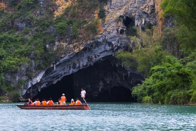 亲水的观光 巴马百岛岩