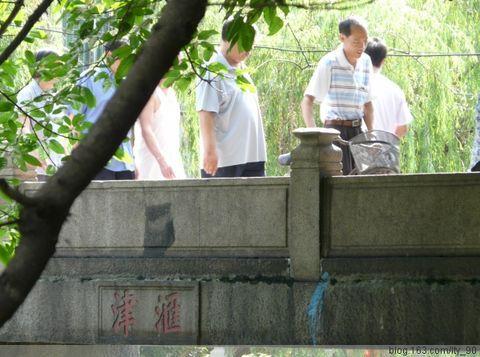 """桥身两侧刻""""汇津""""二字"""