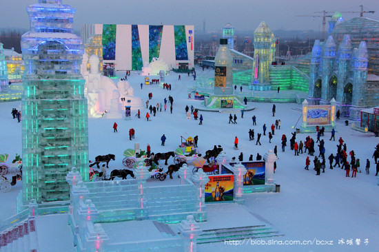 哈尔滨冰雪大世界的蓝色黄昏
